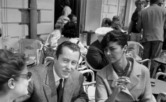 1960, Le célèbre peintre Bernard Buffet en compagnie de son épouse Annabel à une terrasse de café pendant le XIIIe festival de Cannes, France le 6 mai 1960