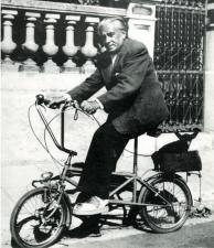 1940, Olga Picabia : Francis Picabia sur son vélo avec son chien Ninie en septembre 1940 pendant une pénurie d'essence