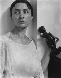 1921, Alfred Stieglitz : Georgia O'Keeffe with Matisse Sculpture