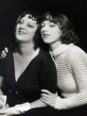 1932, Man Ray : Émilie Carlu (à droite) photographiée avec Kiki de Montparnasse, son amie (centre Pompidou)