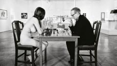 1963 : Los Angeles, Marcel Duchamp, 76 ans, en costume noir, défie aux échecs Eve Babitz, à peine majeure – et nue