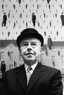 1965, René Magritte au MoMA de New York (Photo by Steve Schapiro/Corbis via Getty Images)