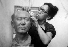 Pan Yuliang faisant un buste de Wang Shouyi