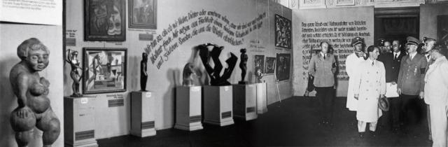 1937, Goebbels (chapeau à la main) fait les honneurs de l'exposition « Entarte Kunst » à Hitler