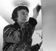 1970, Anne Truitt travaillant sur une sculpture dans son atelier de Washington