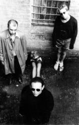 1991, Dans la cour du squat de la rue Commune de Paris : Maxim Mamsikov, Kirill Protsenko, Oleg Golosiy